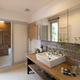 他の地域, のアジアンスタイルの浴室の写真 (オープン棚、白い壁、ベッセル式洗面器、木製洗面台、ベージュの床、ブラウンの洗面カウンター)