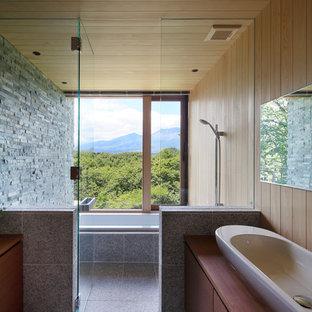 他の地域, のコンテンポラリースタイルのおしゃれな浴室 (フラットパネル扉のキャビネット、中間色木目調キャビネット、和式浴槽、グレーの壁、ベッセル式洗面器、開き戸のシャワー) の写真