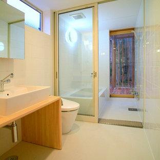 他の地域の和風のおしゃれな浴室 (茶色いキャビネット、コーナー型浴槽、オープン型シャワー、白い壁、ベッセル式洗面器、木製洗面台、白い床、オープンシャワー) の写真