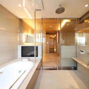 東京都下のコンテンポラリースタイルのおしゃれなマスターバスルーム (コーナー型浴槽、オープン型シャワー、ベージュの壁、ベージュの床、ベージュのキャビネット、セラミックタイルの床) の写真