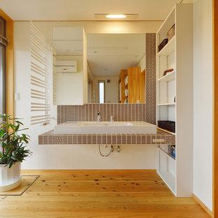 Bild på ett orientaliskt badrum, med orange golv