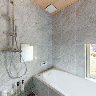 他の地域のモダンスタイルのおしゃれな浴室 (コーナー型浴槽、オープン型シャワー、グレーの壁、グレーの床、オープンシャワー) の写真