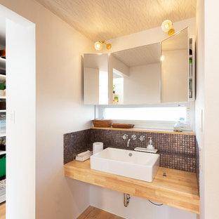 京都のコンテンポラリースタイルのおしゃれな浴室 (グレーのタイル、モザイクタイル、白い壁、無垢フローリング、ベッセル式洗面器、木製洗面台、茶色い床、ブラウンの洗面カウンター) の写真