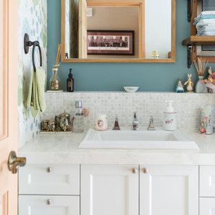 東京23区のシャビーシック調のおしゃれな浴室 (落し込みパネル扉のキャビネット、白いキャビネット、白いタイル、モザイクタイル、青い壁、オーバーカウンターシンク、白い洗面カウンター、洗面台1つ、壁紙) の写真