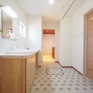 他の地域のビーチスタイルのおしゃれな浴室 (白い壁、マルチカラーの床) の写真