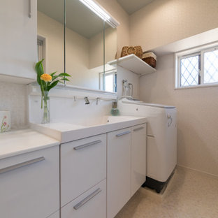 Modelo de cuarto de baño papel pintado, moderno, pequeño, con puertas de armario blancas, encimera de acrílico, encimeras blancas, papel pintado y suelo vinílico