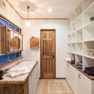 名古屋の北欧スタイルのおしゃれな浴室 (白いキャビネット、白い壁、オーバーカウンターシンク、ベージュの床) の写真