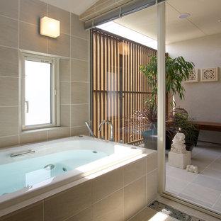 他の地域のアジアンスタイルのおしゃれな浴室 (コーナー型浴槽、ベージュの壁、茶色い床、ベージュのタイル、セラミックタイル) の写真