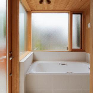 横浜の和風のおしゃれな浴室 (コーナー型浴槽、茶色い壁、グレーの床) の写真