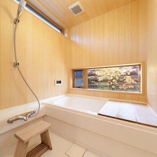 Ispirazione per una stanza da bagno etnica con pareti marroni e pavimento bianco