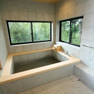 Foto de cuarto de baño principal, de estilo zen, con bañera japonesa, paredes grises y suelo gris