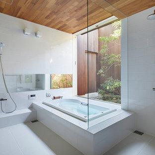 Imagen de cuarto de baño asiático con bañera encastrada, ducha doble, baldosas y/o azulejos blancos, suelo blanco y ducha abierta
