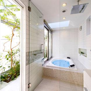 モダンスタイルのおしゃれな浴室 (白いタイル、磁器タイル、白い壁、磁器タイルの床、ベージュの床) の写真