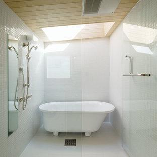 東京都下のコンテンポラリースタイルのおしゃれな浴室 (置き型浴槽、白いタイル、開き戸のシャワー) の写真