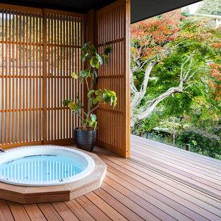 Ejemplo de cuarto de baño de estilo zen con bañera japonesa, suelo de madera oscura y suelo marrón
