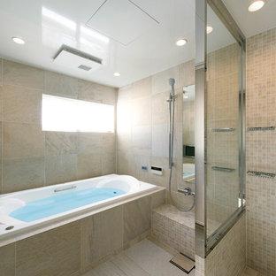 和風のおしゃれな浴室 (大型浴槽、ベージュのタイル、セラミックタイル、ベージュの壁、磁器タイルの床、ベージュの床) の写真