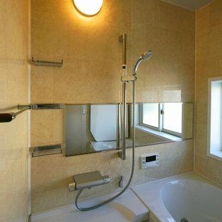 Diseño de cuarto de baño principal, nórdico, de tamaño medio, con armarios con paneles lisos, puertas de armario blancas, baldosas y/o azulejos beige, encimera de vidrio reciclado y encimeras marrones