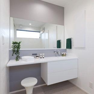 Ejemplo de cuarto de baño con ducha, de estilo zen, de tamaño medio, con puertas de armario blancas, suelo beige, armarios con paneles lisos, paredes blancas, suelo de baldosas de porcelana, lavabo bajoencimera y encimeras blancas