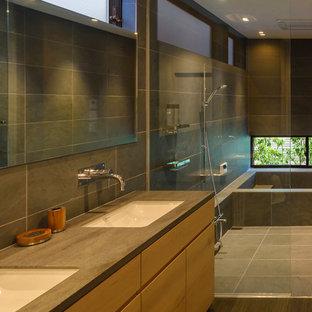 東京23区のアジアンスタイルのおしゃれな浴室 (ドロップイン型浴槽、オープン型シャワー、グレーの壁、一体型シンク、グレーの床、オープンシャワー) の写真
