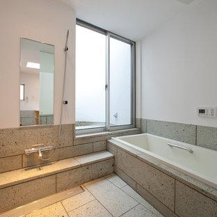 他の地域の和風のおしゃれな浴室 (コーナー型浴槽、オープン型シャワー、白い壁、グレーの床、オープンシャワー) の写真