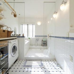 他の地域, の地中海スタイルのおしゃれな浴室 (オープン型シャワー、白い壁、オープンシャワー) の写真