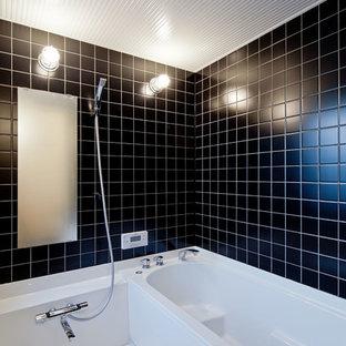 東京都下のモダンスタイルのおしゃれな浴室 (コーナー型浴槽、オープン型シャワー、黒い壁、白い床、オープンシャワー) の写真