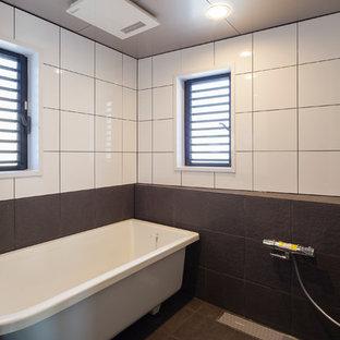 東京23区の中くらいのモダンスタイルのおしゃれなマスターバスルーム (猫足バスタブ、オープン型シャワー、モノトーンのタイル、磁器タイル、黒い壁、磁器タイルの床、黒い床、オープンシャワー) の写真