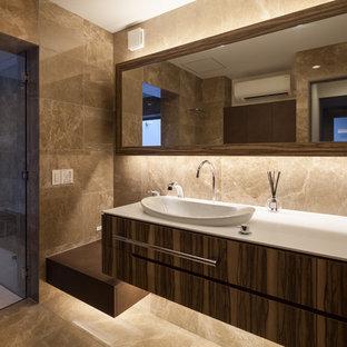 神戸のモダンスタイルのおしゃれなトイレ・洗面所 (ベージュの壁、大理石の床、茶色い床) の写真
