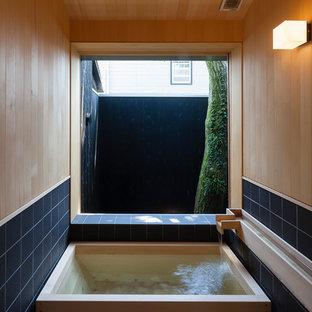 他の地域, のアジアンスタイルの浴室の写真 (コーナー型浴槽、マルチカラーの壁)