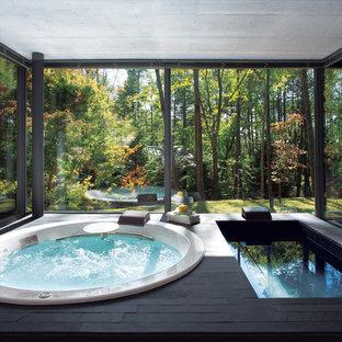 他の地域の広いモダンスタイルのおしゃれな浴室 (ドロップイン型浴槽) の写真