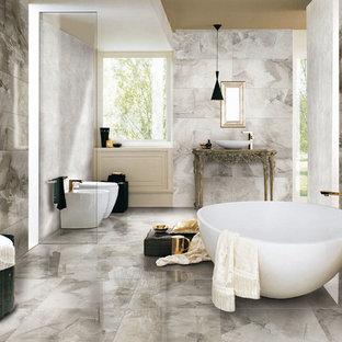 他の地域のコンテンポラリースタイルのおしゃれな浴室 (置き型浴槽、オープン型シャワー、グレーの壁、大理石の床、オープンシャワー) の写真