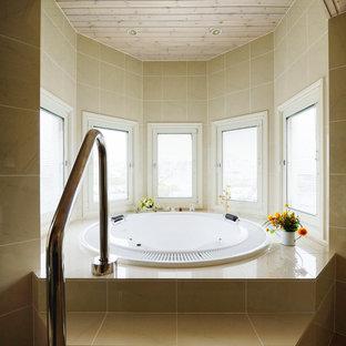 東京都下の中くらいの北欧スタイルのおしゃれなマスターバスルーム (大型浴槽、ベージュのタイル、磁器タイル、ベージュの壁、磁器タイルの床、ベージュの床) の写真