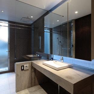 横浜のインダストリアルスタイルのおしゃれな浴室 (コーナー型浴槽、オープン型シャワー、黒いタイル、グレーの壁、オーバーカウンターシンク、コンクリートの洗面台、グレーの床) の写真