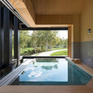 Свежая идея для дизайна: большая главная ванная комната в стиле рустика с гидромассажной ванной, душевой комнатой, столешницей из гранита, тумбой под две раковины, встроенной тумбой и балками на потолке - отличное фото интерьера