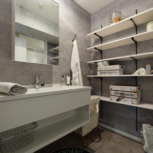 На фото: ванная комната в стиле лофт с открытыми фасадами, серыми стенами, накладной раковиной и серым полом с
