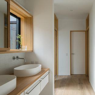 他の地域のコンテンポラリースタイルのおしゃれな浴室 (フラットパネル扉のキャビネット、白いキャビネット、白いタイル、モザイクタイル、白い壁、淡色無垢フローリング、ベッセル式洗面器、木製洗面台、ベージュの床、ブラウンの洗面カウンター) の写真