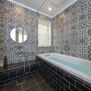 Esempio di una stanza da bagno etnica con vasca da incasso, zona vasca/doccia separata, pistrelle in bianco e nero, pavimento grigio e doccia aperta