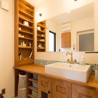 他の地域のアジアンスタイルのおしゃれな浴室 (オープンシェルフ、中間色木目調キャビネット、白い壁、ベッセル式洗面器、木製洗面台、ベージュの床、ブラウンの洗面カウンター) の写真