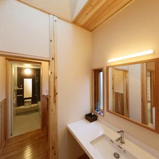 他の地域の北欧スタイルのおしゃれな浴室 (白い壁、無垢フローリング、一体型シンク、白い洗面カウンター) の写真