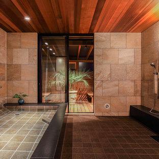 他の地域のアジアンスタイルのおしゃれな浴室 (コーナー型浴槽、オープン型シャワー、ベージュの壁、黒い床、オープンシャワー) の写真