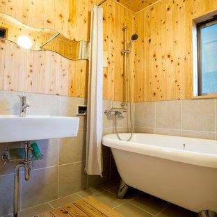 他の地域のアジアンスタイルのおしゃれな浴室 (猫足バスタブ、グレーの床) の写真