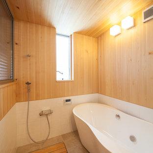 Foto de cuarto de baño principal, asiático, con bañera exenta, ducha a ras de suelo y baldosas y/o azulejos blancos