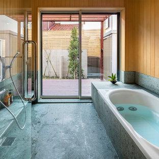 東京都下のコンテンポラリースタイルのおしゃれなマスターバスルーム (ドロップイン型浴槽、緑のタイル、ベージュの壁) の写真