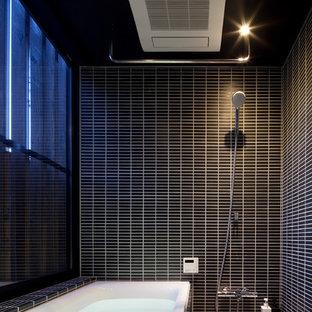 東京23区のモダンスタイルのおしゃれな浴室 (コーナー型浴槽、オープン型シャワー、黒いタイル、黒い壁、ベージュの床) の写真