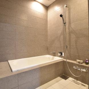 他の地域のモダンスタイルのおしゃれなマスターバスルーム (オープンシェルフ、グレーのキャビネット、ドロップイン型浴槽、グレーのタイル、磁器タイル、磁器タイルの床、白い床、開き戸のシャワー) の写真