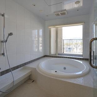 日本 横浜のビーチスタイルの浴室の写真 (大型浴槽、白いタイル、白い壁、オープン型シャワー、ベージュの床、オープンシャワー)