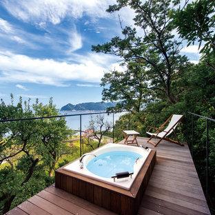 ビーチスタイルのおしゃれな浴室 (ドロップイン型浴槽、濃色無垢フローリング、茶色い床) の写真