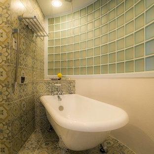 東京23区のトラディショナルスタイルのおしゃれなマスターバスルーム (猫足浴槽、マルチカラーの壁、マルチカラーの床、緑のタイル、セラミックタイルの床) の写真