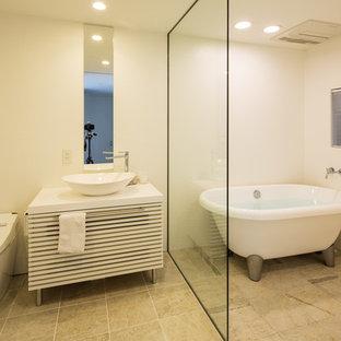 大阪の小さいコンテンポラリースタイルのおしゃれな浴室 (白いキャビネット、置き型浴槽、白い壁、ベージュの床) の写真