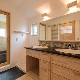 Modelo de cuarto de baño asiático con baldosas y/o azulejos multicolor, baldosas y/o azulejos en mosaico, paredes blancas, suelo de madera clara, lavabo encastrado, encimera de granito, armarios con paneles empotrados y puertas de armario beige